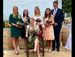 Melanie II. bei der Krönung der Weinprinzessin