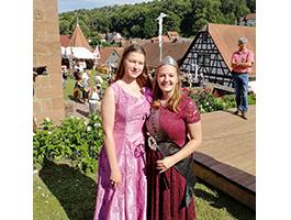 Franziska I. bei der Krönung des neuen Dornröschen