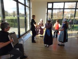 Tanzen der Kinder beim Seniorennachmittag in Insheim